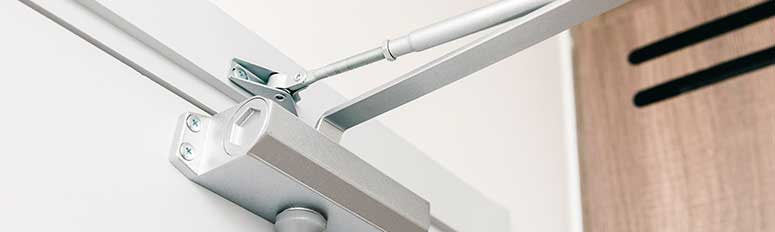 Surface-mounted door closer